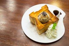 Honigtoast mit SchokoladenEiscreme, Ahornsirup und Zucker Lizenzfreie Stockbilder