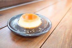 Honigvanillepuddingsüßspeise auf hölzernem Hintergrund Lizenzfreie Stockfotos