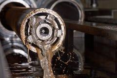 Honing av stålsätter leda i rör royaltyfri foto