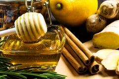 Honing, citroen, gember en kaneel - nuttige additieven aan thee en dranken royalty-vrije stock foto's