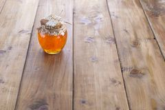 Honing in een ronde kruik Vrije ruimte voor tekst of een prentbriefkaar stock foto