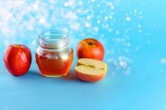 Honing en appelen over blauwe achtergrond stock foto's