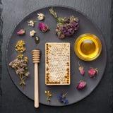 Honing en droge kruiden stock afbeeldingen