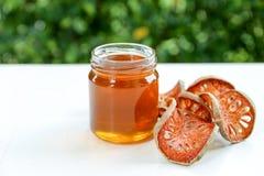 Honing en droog baelfruit met bokehachtergrond Stock Foto