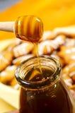 Honing en honeycookies stock afbeeldingen