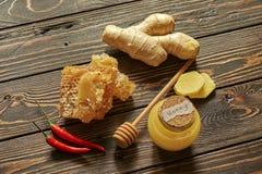 Honing en honingraat met kruiden en stok Royalty-vrije Stock Afbeelding
