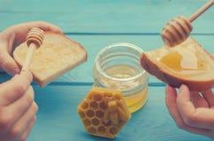 Honing en honingstoebehoren voor zijn gebruik op een blauwe houten achtergrond royalty-vrije stock fotografie
