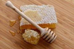 Honing en houten lepel stock afbeeldingen