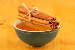 Honing en kaneel in kom Stock Afbeelding
