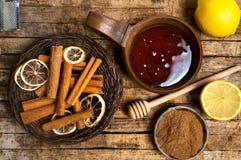 Honing en kaneel op een houten lijst stock afbeeldingen
