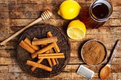Honing en kaneel op een houten lijst royalty-vrije stock afbeelding