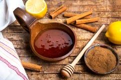 Honing en kaneel op een houten lijst stock foto's