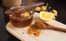 Honing en kruiden, calendula, plak van citroen Royalty-vrije Stock Foto