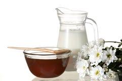 Honing en melk Stock Afbeeldingen