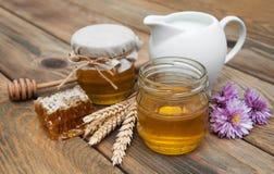 Honing en melk Stock Foto's