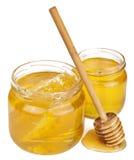 Honing in geïsoleerdee kruiken Stock Foto's