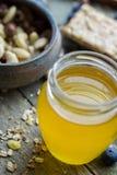 Honing in glaskruik royalty-vrije stock afbeelding