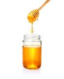 Honing in glaskruik en op houten dipper, op witte bacground royalty-vrije stock afbeelding