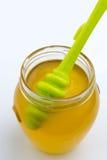 Honing in glaskruik met groene honingsdipper stock foto's