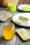 Honing in glaskruik op houten lijst royalty-vrije stock foto's