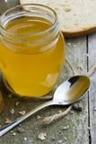 Honing in glaskruik op natuurlijke houten lijst royalty-vrije stock afbeeldingen