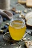 Honing in glaskruik op natuurlijke houten lijst royalty-vrije stock foto's