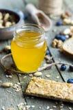 Honing in glaskruik op natuurlijke rustieke lijst stock fotografie