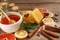 Honing, kaneel en droge vruchten op een houten lijst Het gezonde Eten stock afbeeldingen