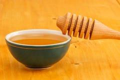 Honing in kom met dipper royalty-vrije stock afbeelding