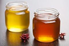 Honing in kruiken Royalty-vrije Stock Afbeeldingen