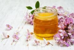 Honing met acaciabloesems Stock Foto