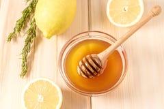 Honing met citroen en kruid Stock Afbeeldingen