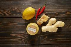 Honing met citroen en kruiden royalty-vrije stock afbeelding