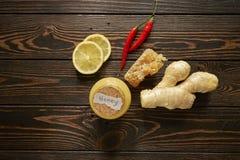 Honing met citroen en kruiden royalty-vrije stock afbeeldingen