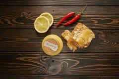 Honing met citroen en kruiden Stock Foto's