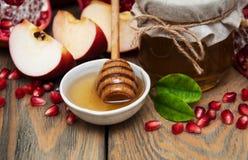 Honing met granaatappel en appelen Stock Fotografie
