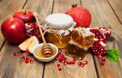 Honing met granaatappel en appelen royalty-vrije stock foto