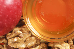 Honing, okkernoot en rode appel Stock Foto