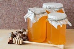 Honing, okkernoot, kaneel, gezaagd hout Royalty-vrije Stock Afbeelding