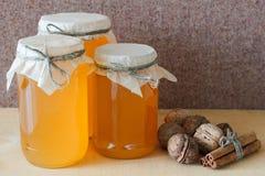 Honing, okkernoot, kaneel, gezaagd hout Stock Afbeeldingen
