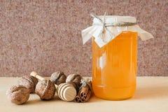 Honing, okkernoot, kaneel, gezaagd hout Royalty-vrije Stock Afbeeldingen