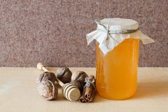 Honing, okkernoot, kaneel, gezaagd hout Royalty-vrije Stock Foto's