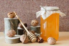 Honing, okkernoot, kaneel, gezaagd hout Stock Foto's