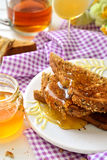 Honing op toost wordt gegoten - ontbijt dat Royalty-vrije Stock Afbeeldingen