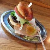 Honingbijhamburger Stock Afbeeldingen