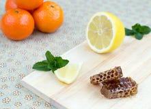 Honingraat, citroen, pepermunt en mandarins Royalty-vrije Stock Fotografie
