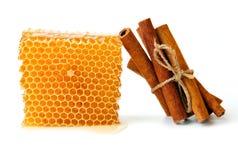 Honingraat en kaneel royalty-vrije stock afbeeldingen
