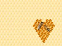 Honingraat in hartvorm die wordt gesneden stock afbeeldingen