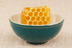 Honingraat in kom Stock Afbeeldingen