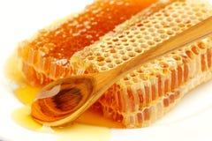 honingraat met honing op het wit Stock Afbeeldingen